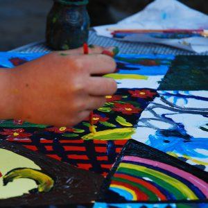 Kind malt Bild (Symbolphoto)